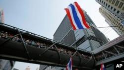 數以百計的支持者在曼谷市中心,等待泰國反對派領袖素貼帶領的遊行隊伍經過