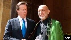 Thủ tướng Anh Cameron (trái) và Tổng thống Afghanistan Hamid Karzai
