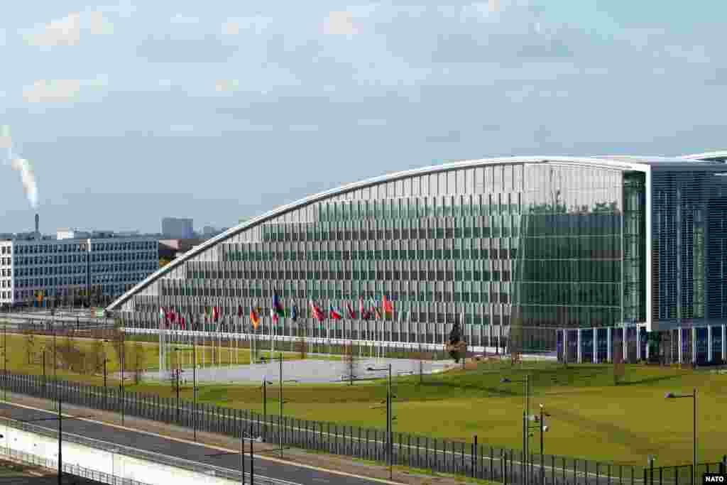 Sa više od 254.000 kvadratnih metara prostora, novi glavni štab Zapadne Alijanse opsluživaće na jednom mestu diplomatske i vojne delegacije iz 29 savezničkih zemalja, zajedno sa NATO civilnim i vojnim osobljem. Zgrada je projektovana tako da liči ina isprepletane prste, odnosno simbolizuje jedinstvo i saradnju NATO članica.