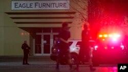 La policía y el FBI buscan al atacante, aparentemente hispano, de entre 22 y 25 años de edad, que fue captado por una de las cámaras de seguridad cuando entraba a la tienda con un rifle de caza.