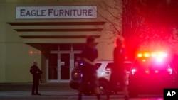 Les agents des forces de l'ordre se sont déployés à l'entrée d'un magasin au centre commercial Cascade où a eu lieu une fusillade à Burlington, Washington, 23 septembre 2016