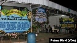Karangan bunga ucapan bela sungkawa untuk mendiang Ben Anderson di persemayaman jenazah Adi Jasa di Surabaya.
