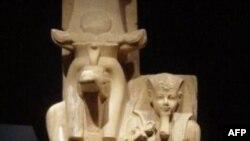 Tượng Hoàng đế Amenhotep III và Sobek