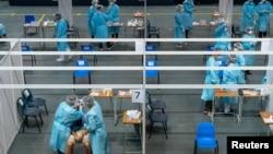 醫護人員在香港的一個社區檢測中心給市民進行新冠病毒檢測。 (2020年9月1日)