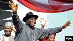 Presiden Nigeria Goodluck Jonathan bersama isterinya (kanan) dan Wapres Namadi Sambo dalam kampanye di Abuja, 18 September 2010.