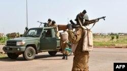 Des soldats de l'ex-Régiment de la sécurité présidentielle (RSP) en patrouille à Ouagadougou, 29 septembre 2015.