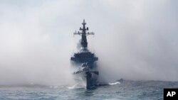 Lực lượng Phòng vệ Biển Nhật Bản hộ tống tàu Kurama trong vùng biển ngoài khơi Vịnh Sagami, phía nam Tokyo, Nhật Bản, ngày 18/10/2015.