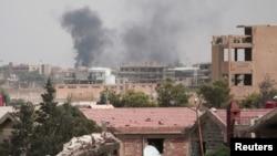 De la fumée s'élève au nord-est de la ville de Hasaka, Syrie, le 21 août 2016.
