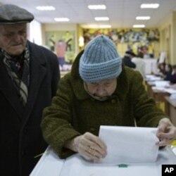 一對俄羅斯老年夫婦3月4日在莫斯科一個投票站為總統大選投票