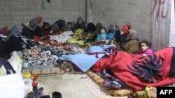 지난 26일 터키 군이 군사작전을 펼치고 있는 시리아 아프린 지역의 쿠르드족 마을 잔다이리스의 건물 지하실에서 주민들이 몸을 피하고 있다.
