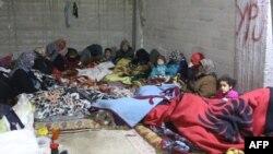 Des familles se réfugient dans des caves dans la ville de Jandairis, près de la frontière syro-turque, à l'ouest d'Afrin, le 26 janvier 2018.