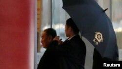 Kim Yong Chol, Pekin Uluslararası Havalimanı'nda kendisini Washington'a götürecek uçağa binmeden önce