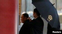 Ông Kim Yong Chol tới phi trường ở Bắc Kinh để lên máy bay đi Mỹ hôm 17/1.