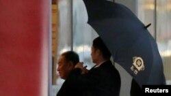 김영철 노동당 부위원장 겸 통일전선부장(왼쪽)이 17일 미국 워싱턴 D.C. 행 비행기를 탑승하기 위해 중국 베이징 공항 VIP 터미널에 도착하고 있다.