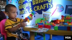 A boy plays lego at an arts and crafts station at the event celebrating the 30th anniversary of World Convention on the Rights of the Child, in Phnom Penh, Cambodia, on Nov. 20, 2019. (Kann Vicheika/VOA Khmer)