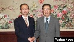 2일 베이징 중국 외교부 청사에서 만난 한국과 중국의 6자회담 수석대표 임성남 외교부 한반도평화교섭본부장(왼쪽)과 우다웨이 외교부 한반도사무특별대표.