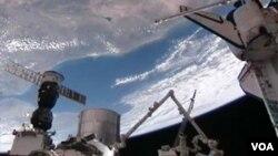 Para astronot menggunakan lengan robot untuk memasang Modul Permanen Serbaguna (PMM) di stasiun antariksa, Selasa (1/3).