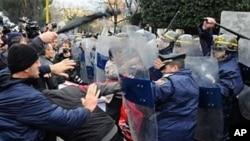 """Oposição albanesa faz tentativa de golpe """"à tunisina"""""""