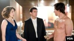 Tina Fey (kiri) dan Steve Carell (tengah) membintangi film Date Night. Dalam film itu Mark Wahlbergh (kanan) memerankan seorang ahli masalah keamanan.