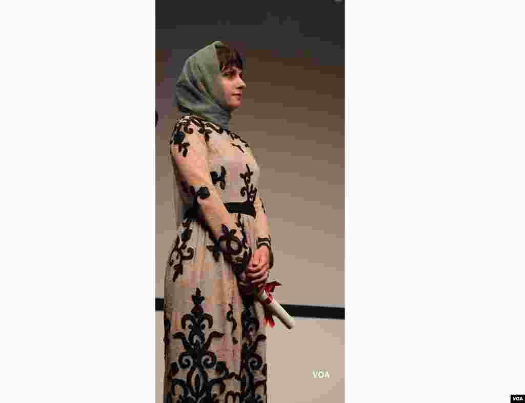 آیدا پناهنده کارگردان فیلم ناهید هنگام دریافت جایزه در بخش نوعی نگاه جشنواره کن