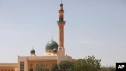 Quelques personnes rassemblées près d'une mosquée, Niamey, Niger. 9 septembre 2011