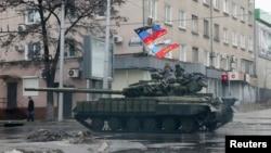 親俄羅斯武裝在坦克上巡邏頓涅茨克