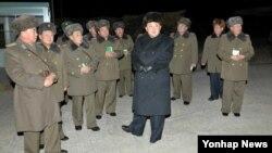 북한 김정은 국방위원회 제1위원장이 항공육전병부대의 야간훈련을 불시에 참관했다고 노동신문이 20일 보도했다.