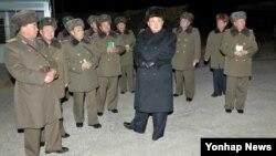 북한 김정은 국방위원회 제1위원장(가운데)이 항공육전병부대의 야간훈련을 불시에 참관했다고 노동신문이 20일 보도했다.