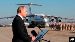 Ông Vladimir Putin phát biểu trước các binh sĩ tại căn cứ không quân Hemeimeem ở Syria hôm 12/12/2017.