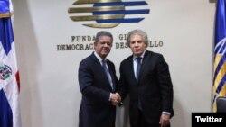 El secretario general de la OEA, Luis Almagro (der.) se reunió el martes 18 de abril con el expresidente de República Dominicana, Leonel Fernández. Foto: Cortesía @LeonelFernandez.