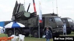 """2013年莫斯科航空展中的""""鎧甲""""防空系統。 (美國之音白樺拍攝 )"""
