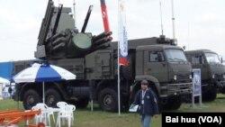 """2013年莫斯科航空展中的""""铠甲""""防空系统。 (美国之音白桦拍摄 )"""