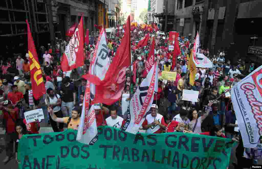 Members of the Roofless Movement join metro workers in a protest on the fifth day of a strike in Sao Paulo, Brazil, June 9, 2014.