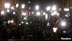 Un gran grupo de periodistas espera la llegada del presidente Barack Obama. Su gobierno es acusado de ser el más restrictivo con la prensa.