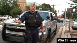 迪克森警士接受VOA卫视记者采访(VOA卫视张松林拍摄)