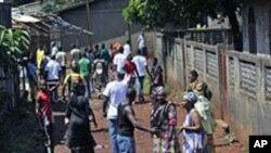 Des habitants du quartier Bambeto, à majorité peule, derrière une barricade