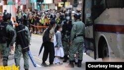 2020年5月27日,港人聚集抗议中国人大强推香港国安法,警察加紧围捕示威者,一些中学女生也被抓。(网络图片)