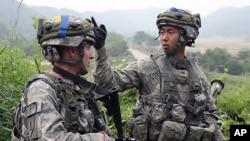 8일 경기도 파주 시에서 미-한 연합훈련 중인 미군병사(왼쪽)와 한국군 카투사병사.
