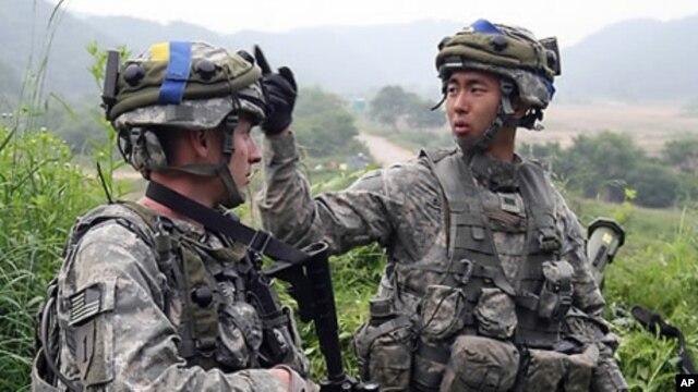 지난해 7월 경기도 파주시에서 미-한 연합훈련 중인 미군병사(왼쪽)와 한국군.
