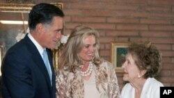 Mantan ibu negara Nancy Reagan (kanan) menyalami Capres partai Republik Mitt Romney dan isterinya, Ann Romney di kediaman Nancy di Bel-Air, Los Angeles (31/5).