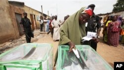 A woman prepares to cast her vote in Kaduna, Nigeria, April 28, 2011 (file photo)
