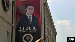 """Poster Ramuša Haradinaja u Prištini na zgradi sedišta njegove stranke """"Alijansa za budućnost Kosova"""""""