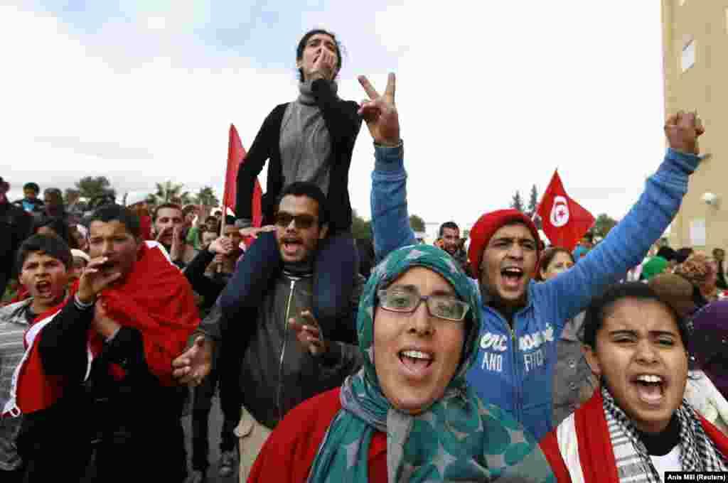 Waandamanaji wanaimba wakati wa maandamano mjini Siliana, 130 km (81 miles) kusini magharibi mwa mji mkuu wa Tunis, nchini Tunisia