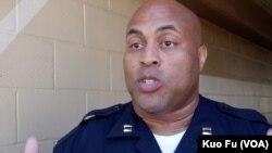 出面說明當日處理過程的警官哈里斯(美國之音國符拍攝)
