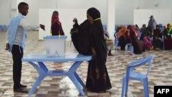 ແມ່ຍິງຜູ້ນຶ່ງ ປ່ອນບັດເລືອກຕັ້ງເອົາຄະນະສະພາໂຊມາເລຍ ໃນ Mogadishu, ໂຊມາເລຍ, 6 ທັນວາ, 2016.