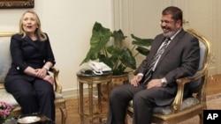 무함마드 무르시 이집트 대통령과 회담을 나누는 힐러리 클린턴 미 국무장관