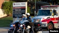 آشوکا موپکو، خبرنگار آمریکایی مبتلا به ابولا، هنگام بازگشت از لیبریا از فرودگاه با آمبولانس به بیمارستانی در اوماها منتقل شد
