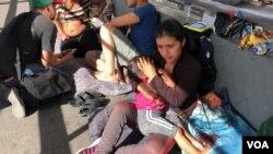 Migrantes de Guatemala, Cuba, Honduras y El Salvador hacen fila en el Puente Internacional de Santa Fe, El Paso en Texas, para solicitar asilo político en Estados Unidos.