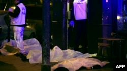 13일 프랑스 파리에서 연쇄 테러 공격이 발생한 가운데, 총격을 받은 식당 주변에 희생자들의 시신이 놓여있다.