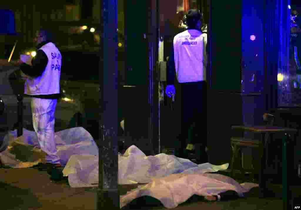 躺在巴黎一家餐馆路边的受害者遗体。(2015年11月13日)